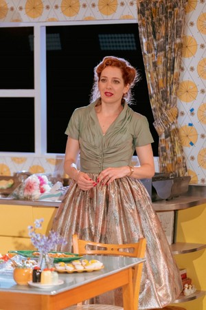 Katherine Parkinson as Judy in início Im Darling
