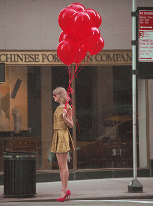 TAYLOR SWIFT SELLING RED BALOON