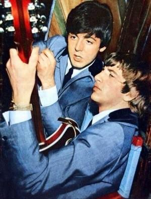 Paul teaches Ringo the violão, guitarra 🎶