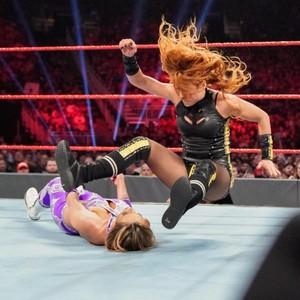 Raw 5/27/19 ~ Becky/Nikki 십자가, 크로스 vs The IIconics