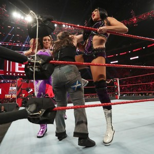 Raw 6/17/19 ~ The IIconics vs Alexa Bliss/Nikki menyeberang, cross