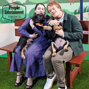 Alfie Allen and Beanie Feldstein - TIFF perrito, cachorro Portrait por Entertainment Weekly - 2019