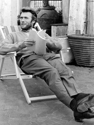 Clint 読書 a script on set