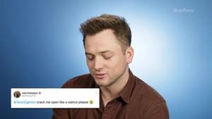 Taron membaca Thirst Tweets