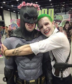 Batman/joker hug for you Bat⭐🧡💜