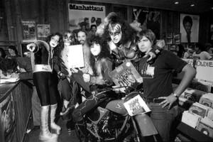 চুম্বন ~Atlanta, Georgia...August 14, 1976 (Destroyer In-Store promo Peaches Records)
