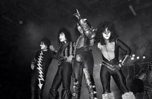 চুম্বন ~Hollywood, California...October 28, 1982 (Creatures of the Night Tour)