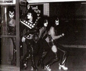 KISS (NYC ) October 26, 1974 (Dressed to Kill تصویر shoot)