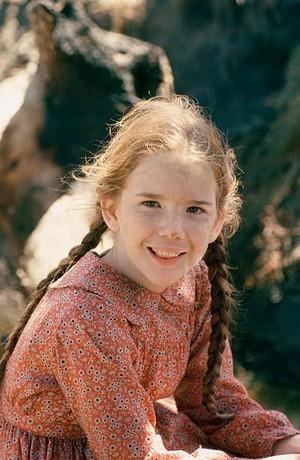 Laura Ingalls (Melissa Gilbert) Red print prairie dress -Costume سے طرف کی Richalene Kelsay