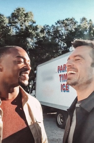 """Anthony Mackie and Sebastian Stan on the set of Disneyplus's """"The 鹘, 猎鹰 and The Winter Soldier�"""