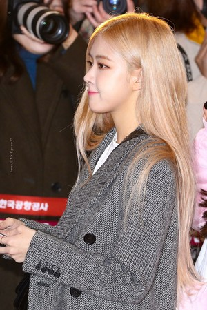 Blackpink at Gimpo Airport heading to 일본 191203