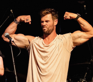 "Chris Hemsworth at the ""Make It Rain"" Fundraiser in Byron खाड़ी, बे (January 9, 2020)"