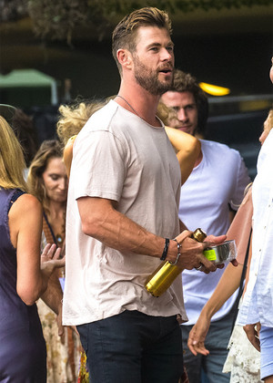 "Chris Hemsworth at the ""Make It Rain"" Fundraiser in Byron vịnh, bay (January 9, 2020)"