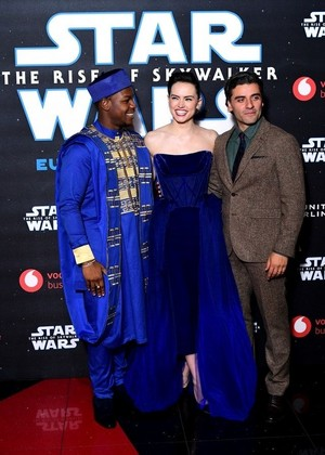 маргаритка Ridley, Oscar Isaac, and John Boyega - звезда Wars: The Rise of Skywalker European Premiere