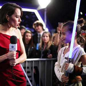 雏菊, 黛西 with an adorable Rey at the 星, 星级 Wars: The Rise of Skywalker premiere -December 16, 2019