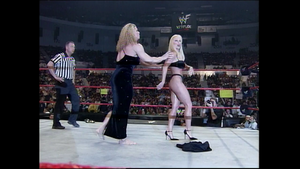 Debra gets grabbed 由 Nicole