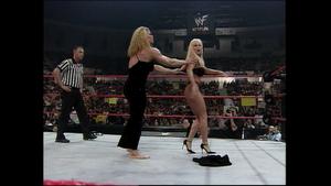 Debra gets grabbed por Nicole