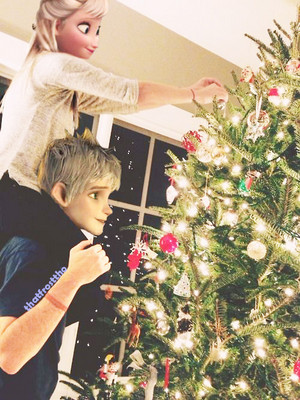 Elsa and Jack decorating the navidad árbol