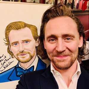 Tom Hiddleston honored at Sardis NYC with a portrait December 5, 2019