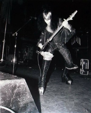 Gene (NYC) March 21, 1975 (Dressed To Kill Tour-Beacon Theatre)