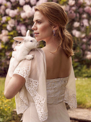 Hayley Atwell photographed によって Richard Phibbs for Town and Country Magazine (2018)