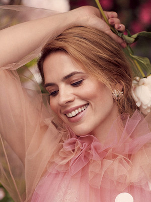 Hayley Atwell photographed oleh Richard Phibbs for Town and Country Magazine (2018)