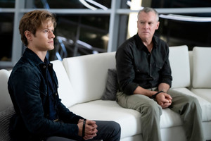 MacGyver - Episode 4.08 - Father + Son + Father + Matriarch - Promotional picha + Press Release