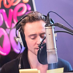 Tom Hiddleston recording for The प्यार Book App, 2013