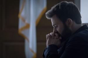 Chris Evans as Andy Barber in Defending Jacob (2020) 1.04