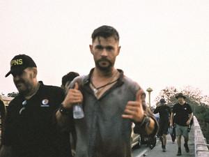 Chris Hemsworth behind the scenes of EXTRACTION (2020)