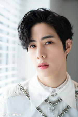 "Mark ""DYE"" mini album promotion photoshoot da Naver x Dispatch"