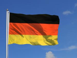 Deutsche fliegende Fahne, ganz oben an dem Fahnenmast
