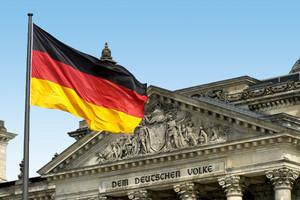 Die Bundestagsgebäude Heute, auch mit fliegende deutsche Fahne hoch am Fahnenmast, ganz daneben