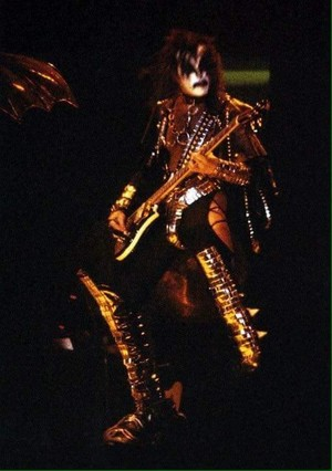 Gene ~San Diego, California...August 19, 1977 (Love Gun Tour - ALIVE II foto Shoot)