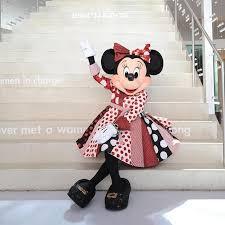 Minnie Wearing DVF membungkus, bungkus Dress