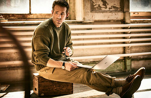 Ryan Reynolds photographed سے طرف کی Guy Aroch for Mr Porter