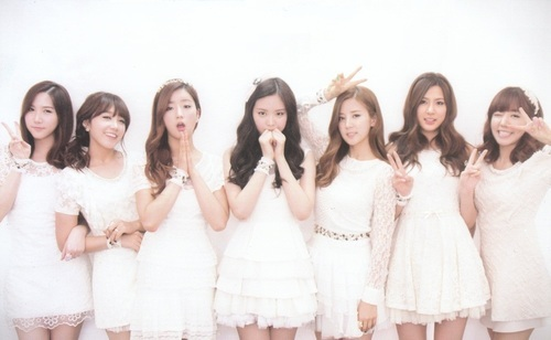 which member lives in Netherlands when they made a trip to their past life (apink season 3)?