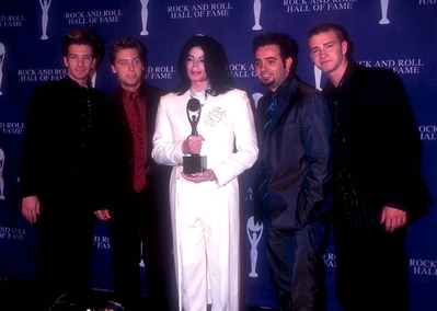 Who is this vocal group with Michael Jackson backstage at the 2001 Rock And Roll Hall Of Fame Induction ceremony