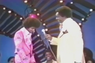 Who is this televisión personality interviewing Michael Jackson back in 1974