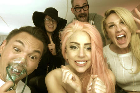 Gaga posted this fotografia to celebrate ________