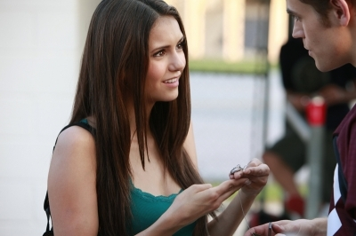 Does Elena know that the collana Stefan gave her contains vervain?