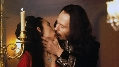 "He won the MTV Movie Award for Best Kiss with the movie ""Bram Stoker's Dracula"" ?"