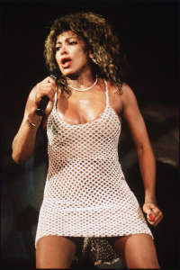"Tina Turner was featured vocalist in the 1985 música video, ""We Are The World"""