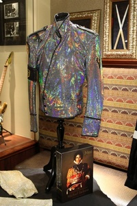 This is the áo khoác worn bởi Michael on his Dangerous tour