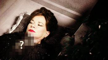"2x09 ""Queen of Hearts"", what kind of a flower did Regina place on Cora's body?"