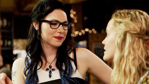 What are Alex and friends talking about before Piper going into the bar?