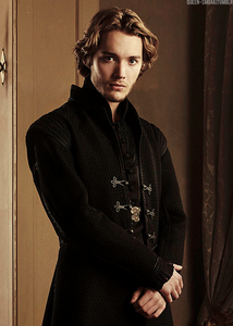 Who plays Francis in Reign?