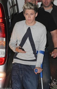 Did Niall get surgery on his knee?