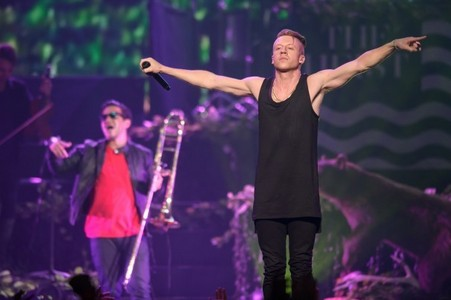 Which song Macklemore performed at the AMAs 2013?
