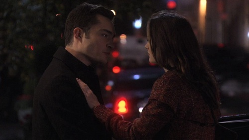 True या False: Blair and Chuck किस in this scene ?